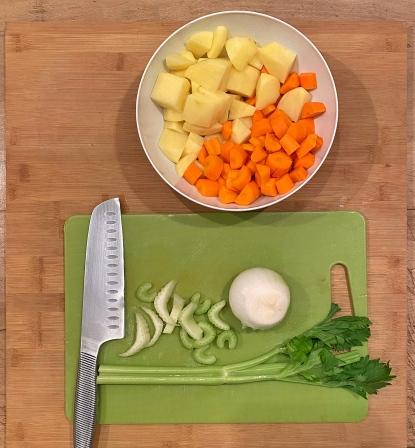 cosace di pollo in umido con papate e carote